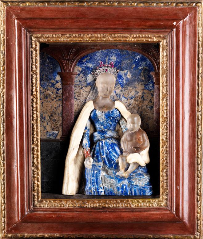 Gerahmtes Reliefbild einer thronenden Madonna mit dem Jesuskind in Lapislazuli, Pietra dura und Alabaster