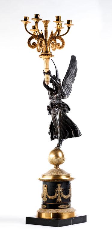 Große, figürlich gestaltete Girandole in dunkel patinierter und feuervergoldeter Bronze