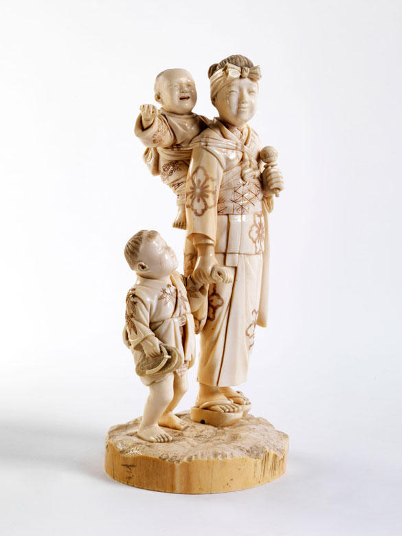 Okimono: Frau mit Kindern