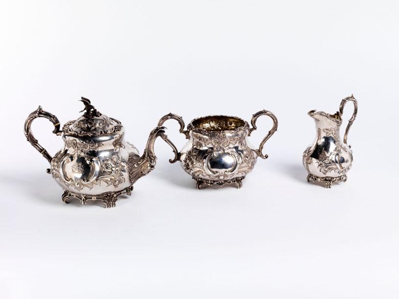 Drei versilberte Teeservice-Gefäße