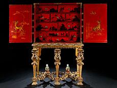 Detail images: Seltener Kabinettschrank mit Chinoiserien auf Rotlack