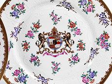 Detail images: Satz von sechs Porzellantellern mit Adelswappen
