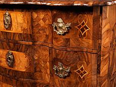 Detail images: Reizvolle Barock-Kommode