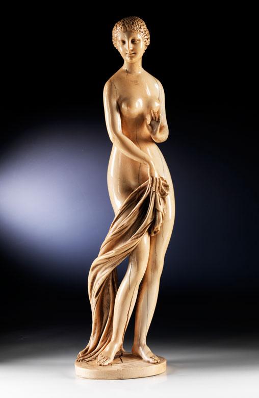 Große Elfenbeinstandfigur einer badenden Venus