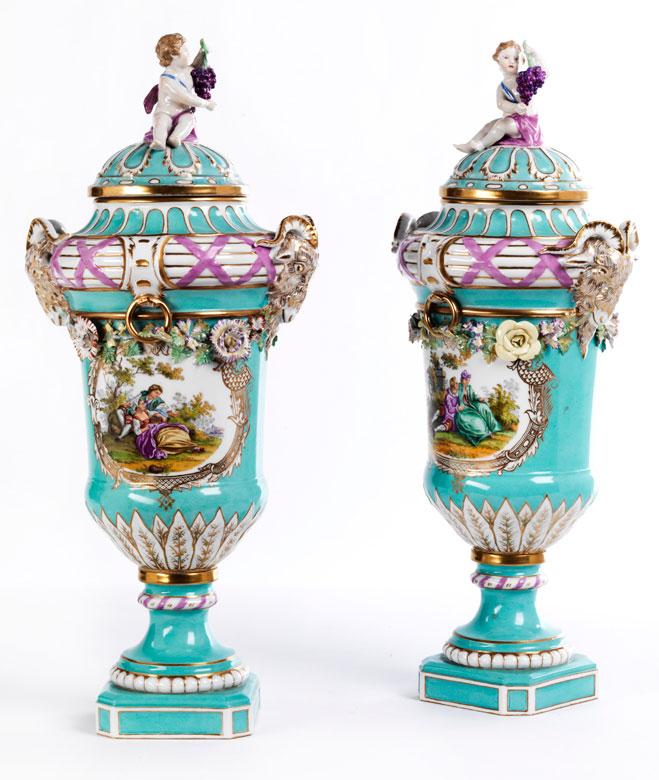 Paar KPM-Prunkdeckelvasen des ausgehenden 18. Jahrhunderts