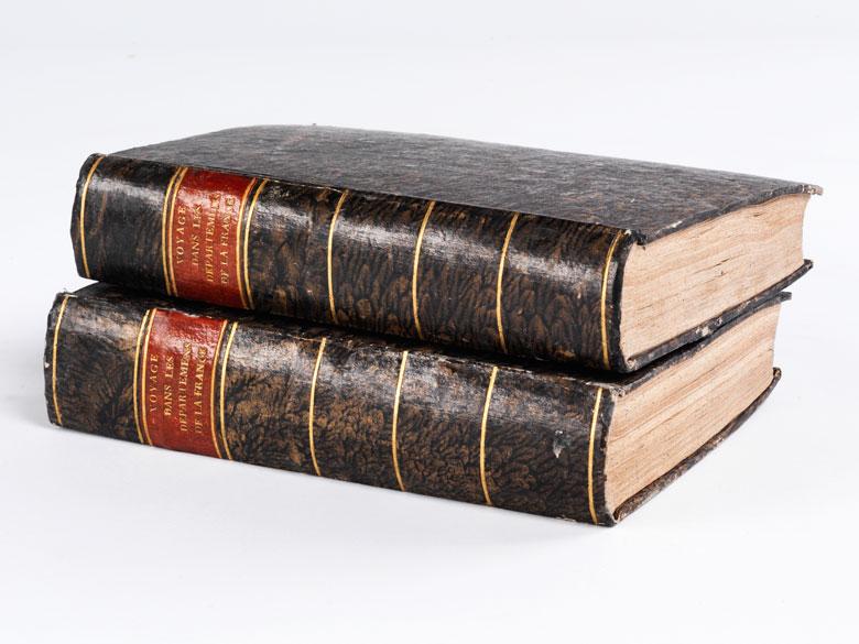 Zwei Bände mit kolorierten Karten und Ansichten