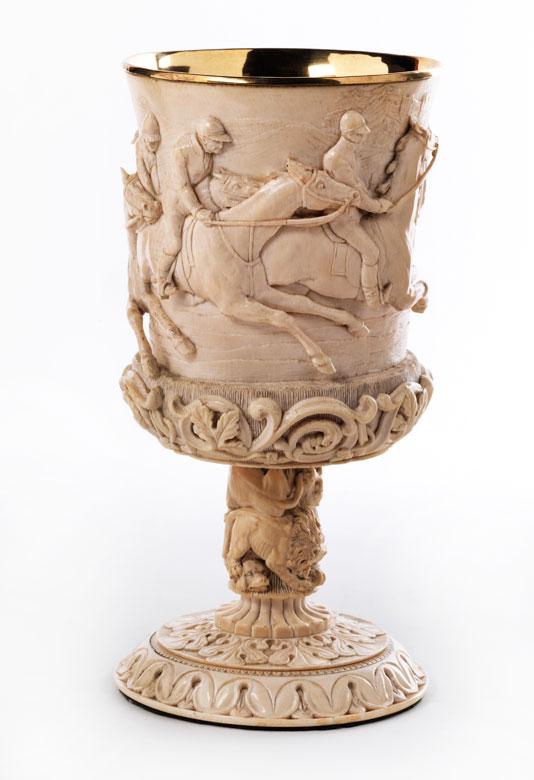 Elfenbeinpokal mit Reliefdarstellung eines Pferderennens