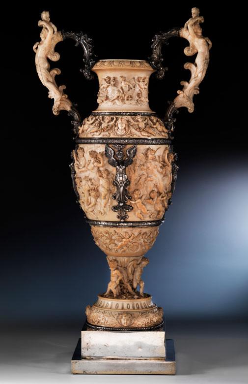Große, museale Prunk-Amphorenvase in Elfenbein mit Silbermontierungen