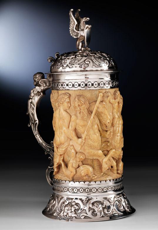 Elfenbeinhumpen mit Silbermon tierung und Silberdeckel mit Renaissance-Figurenrelief antiker Thematik