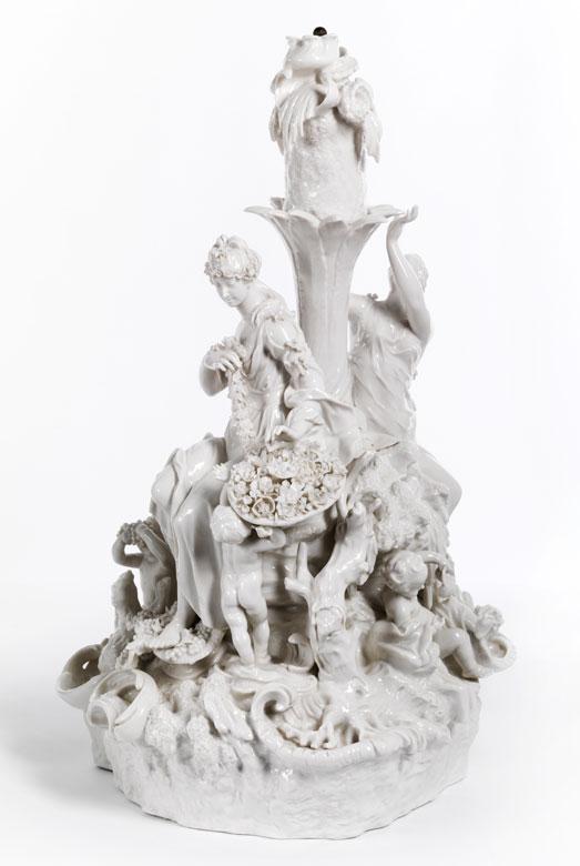 Große Porzellan-Figurengruppe, einen Tafelaufsatz bildend