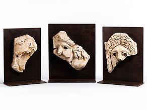 Satz von drei separat gesockelten Marmorkopf-Reliefs