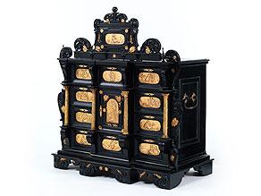 Seltener Kabinettkasten mit vergoldeten Reliefeinsätzen
