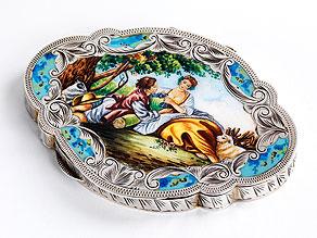 Ovale Silberdose im Rokoko-Stil mit Emailmalerei