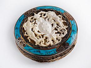 Runde Silberdose mit Emaildekor und Elfenbein-Reliefschnitzerei