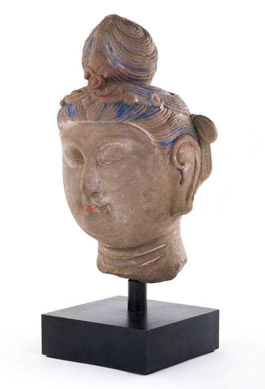Buddhakopf in bräunlichem Stein