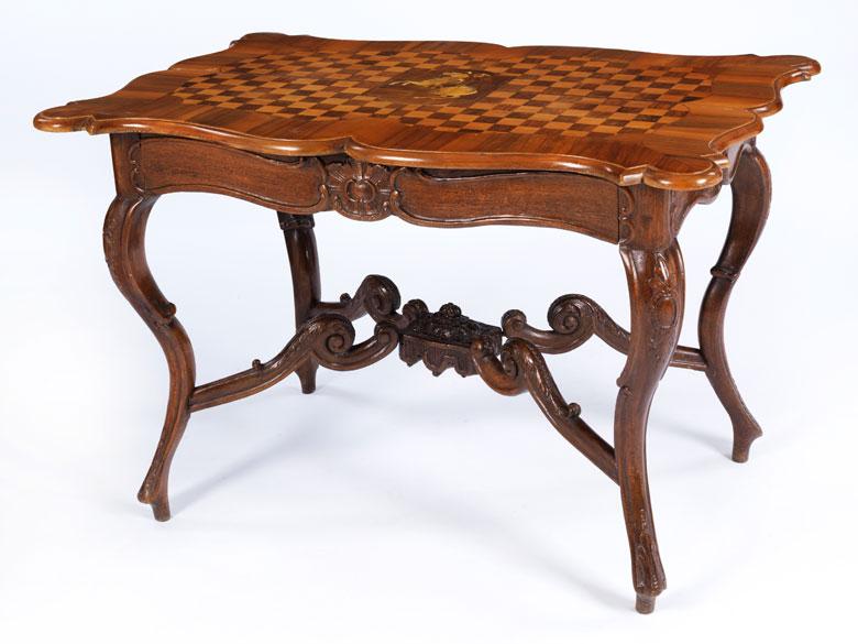 Tisch mit geschweifter Platte und Schachbrettmarketerie