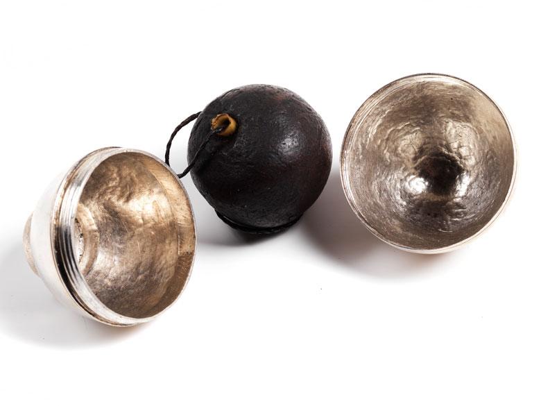 Ovale Silberkapsel mit inliegendem Pomander