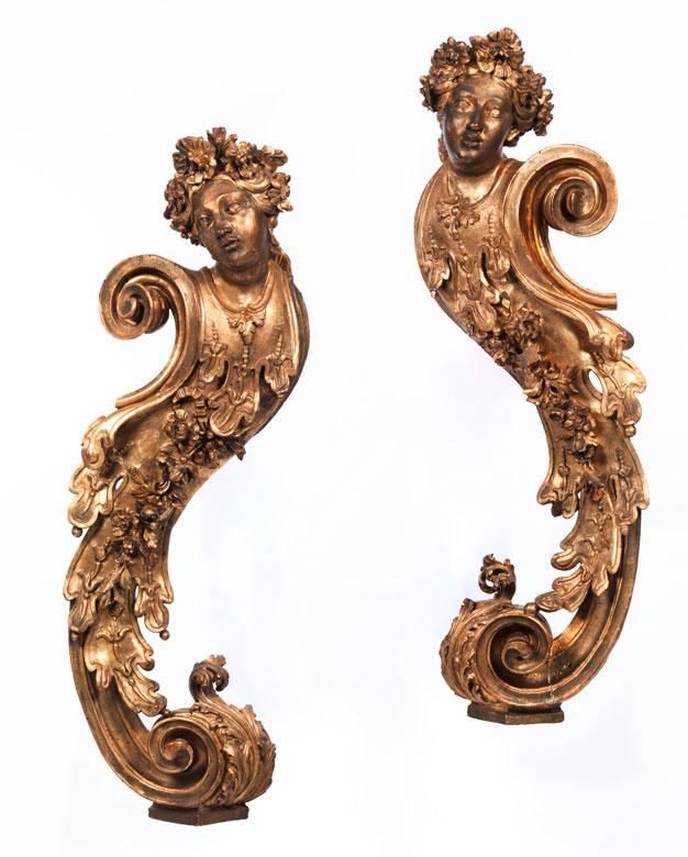 Paar geschnitzte, gefasste und polimentvergoldete, figürliche Dekorationen
