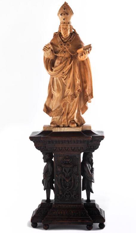Große Schnitzfigur eines Heiligen Bischofs in Elfenbein