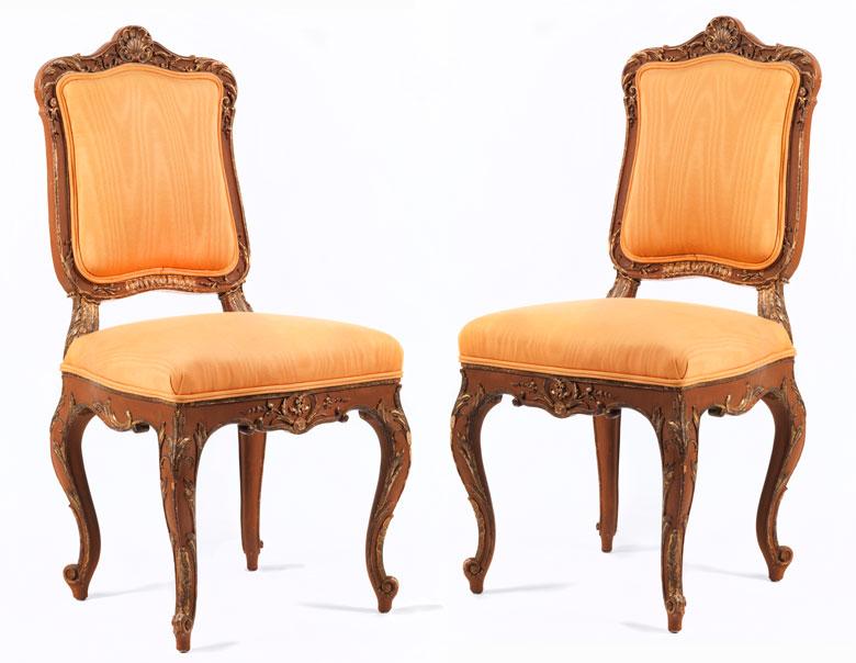 Elegantes Paar Stühle im Rokoko-Stil