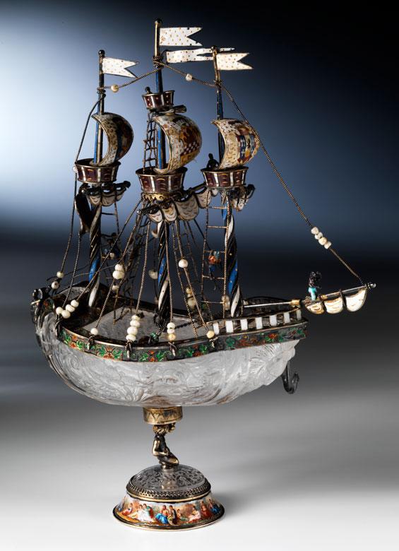 Tafelaufsatz-Schiffchen in Bergkristall mit Silbermontierung und Emailmalerei
