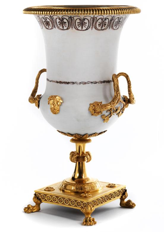 Äußerst seltene Milchglas-Amphorenvase mit vergoldeter Bronzedekoration