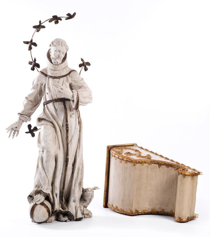 Mönch mit angewinkeltem Knie, den Fuß auf eine Kugel gesetzt