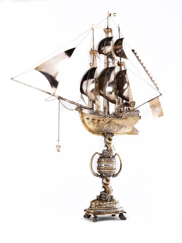 Monumentaler, silberner Tafelaufsatz mit Bekrönung in Form eines Segelschiffes