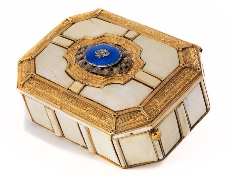 Selten schöne und aufwendig gestaltete Singvogel-Spieldose in Vergoldung mit Elfenbeinplatten-Auflagen
