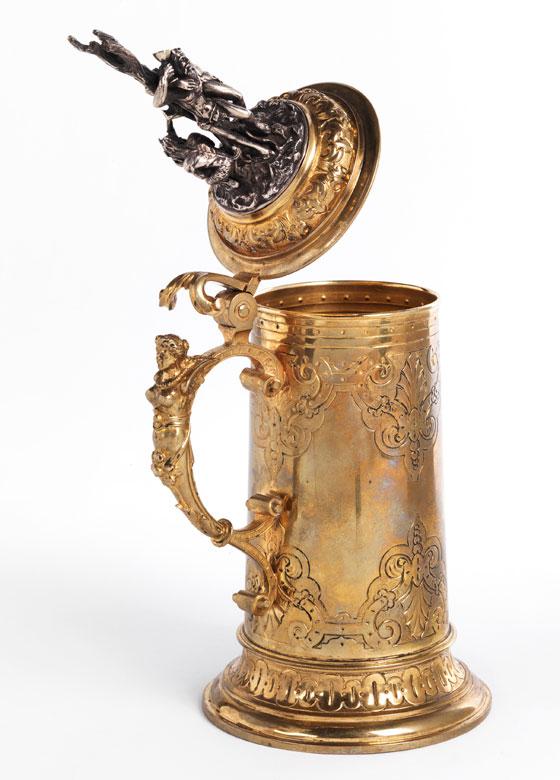 Historistischer Deckelhumpen in Messingbronze, vergoldet und versilbert