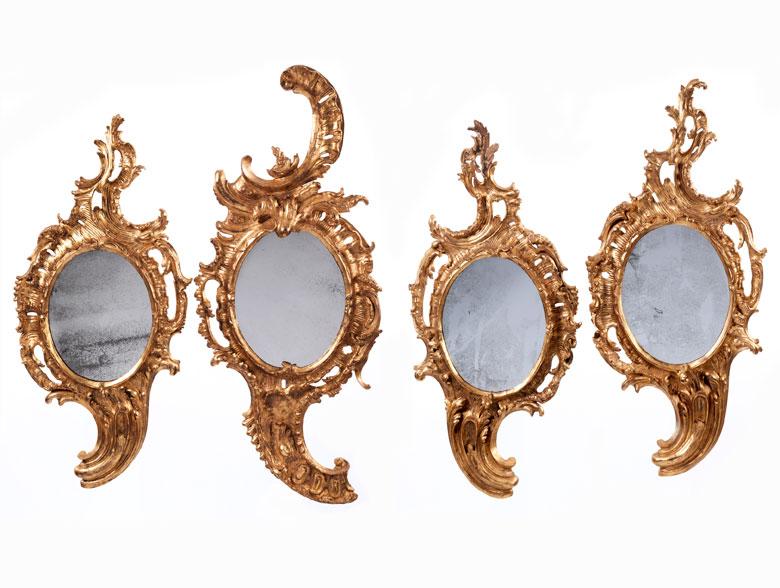 Satz von vier reich geschnitzten, gefassten und ganz vergoldeten Rokoko-Spiegeln