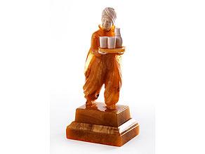 Seltene, aus einem großen Bernstein geschnitzte Figur mit Elfenbein