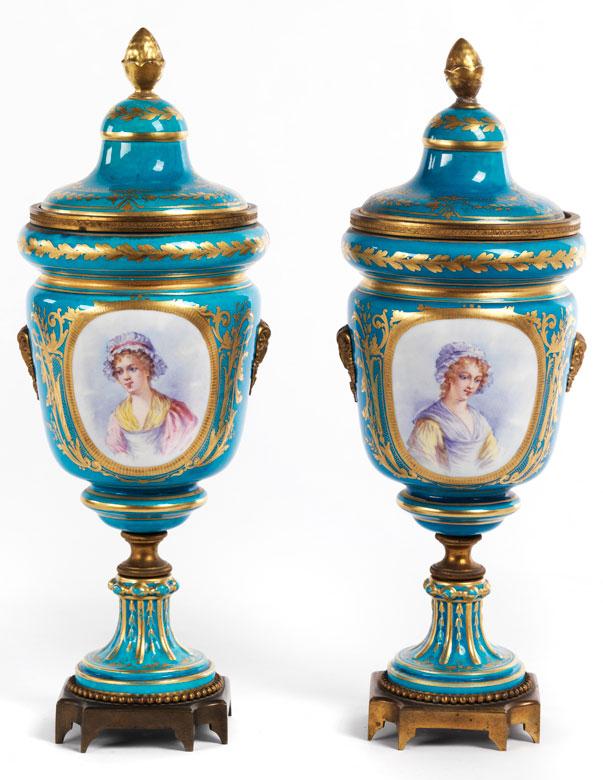 Paar französische Ziervasen mit Bronzemontierung