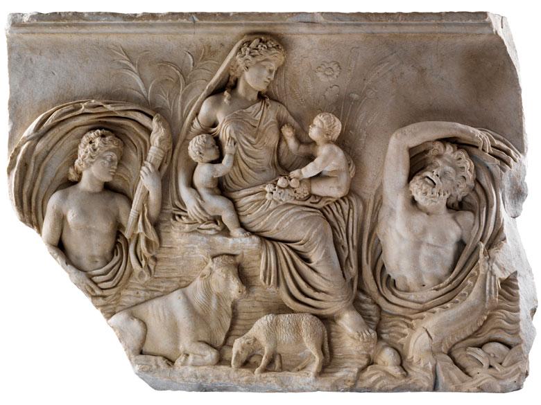 Relief nach dem Vorbild des Tellusreliefs von der Ara Pacis in Rom, dem Friedensaltar des Kaisers Augustus, der im Jahre 9 v. Chr. eingeweiht wurde