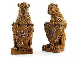 Paar wappentragende Löwen in Hafner-Keramik