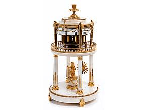 Große, französische Cercle-Tournant-Tischuhr in vergoldeter Bronze und weißem Alabaster