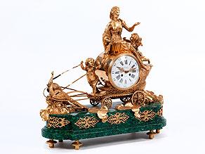 Französische Prunkpendule in Malachit und feuervergoldeter Bronze