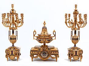 Große, prächtige Kamingarnitur mit Kaminuhr und großen Kandelabern in feuervergoldeter Bronze und Email im Louis XVI-Stil