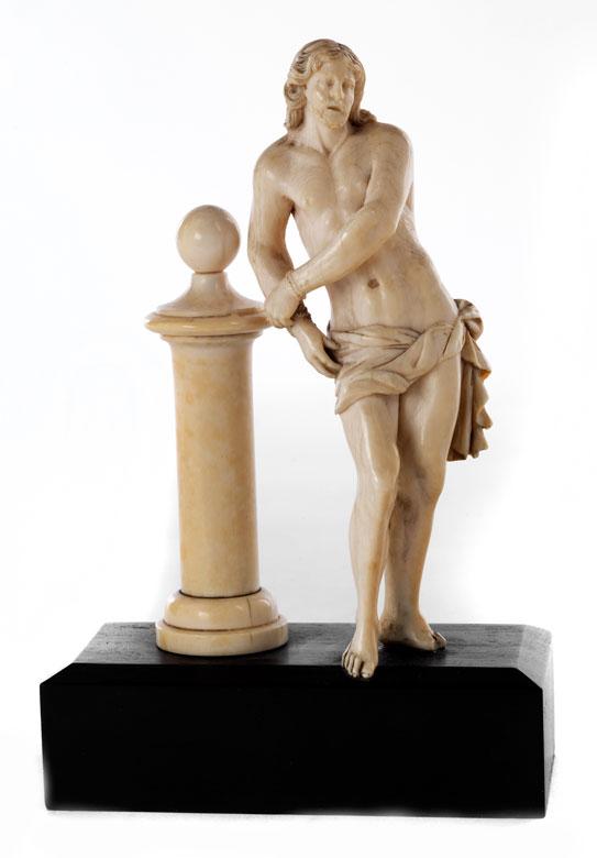 Kleine Elfenbeinschnitzfigur: Christus an der Geißelsäule
