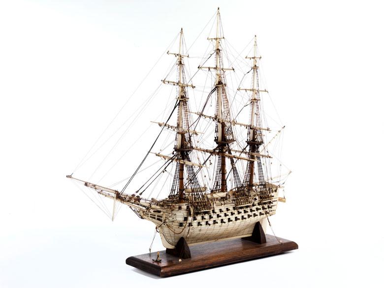 Großes Modellschiff in Elfenbein