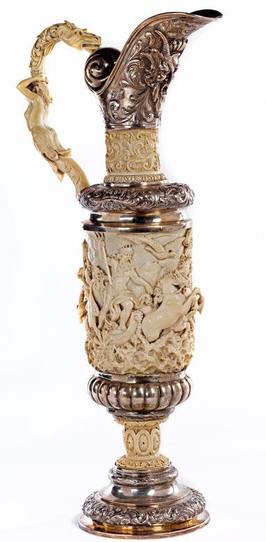 Großer Schenkkrug in Kombinationsarbeit aus Silber und Elfenbein