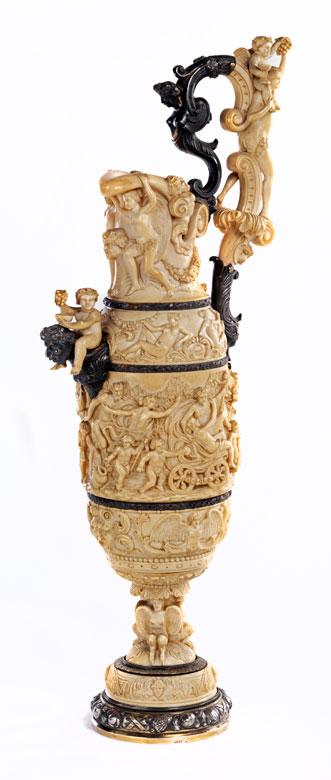 Große Elfenbein-Schenkkanne in Originalschatulle