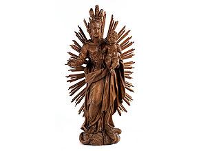 Schnitzfigur einer Madonna mit Kind im Strahlenkranz