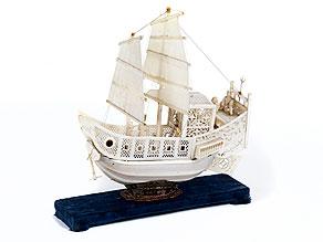 Modellschiff in Elfenbein