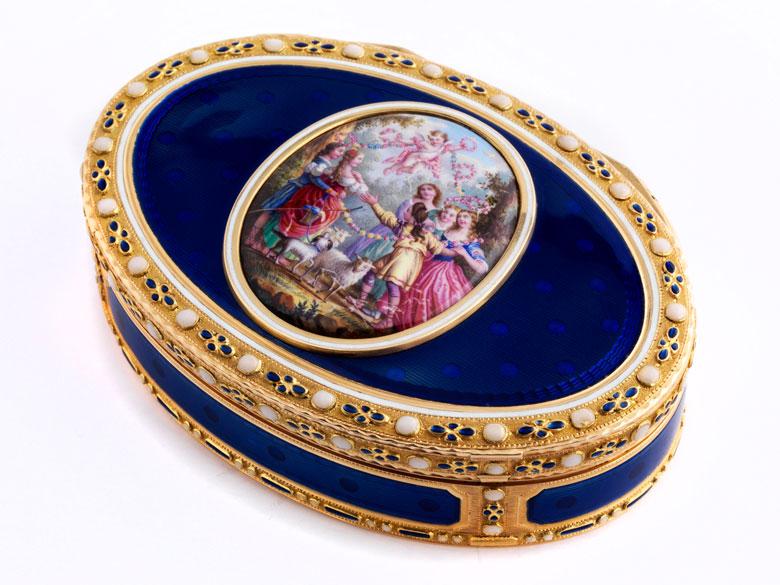 Ovale Golddose mit Transluzid-Blauemail sowie aufgelegtem Gemälde in Emailmalerei