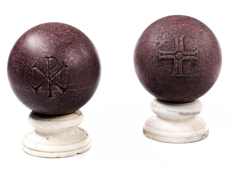 Paar gesockelte Porphyr-Kugeln