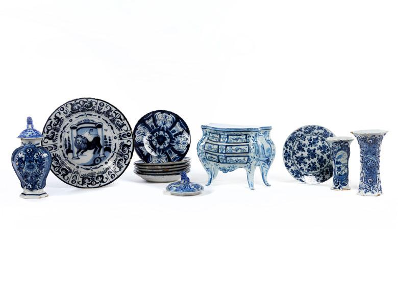 Konvolut von insgesamt 13 Fayence-Objekten