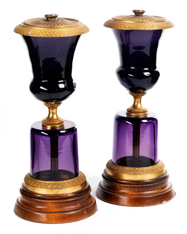 † Paar Ziervasen in auberginefarbenem Glas mit vergoldeter Bronzemontierung
