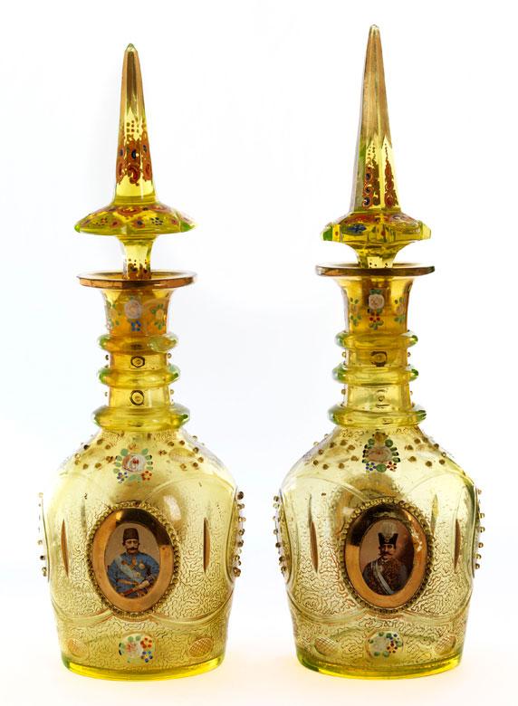 † Paar große Flakonflaschen mit Emailmalerei und vier Bildnissen osmanischer Herrscher