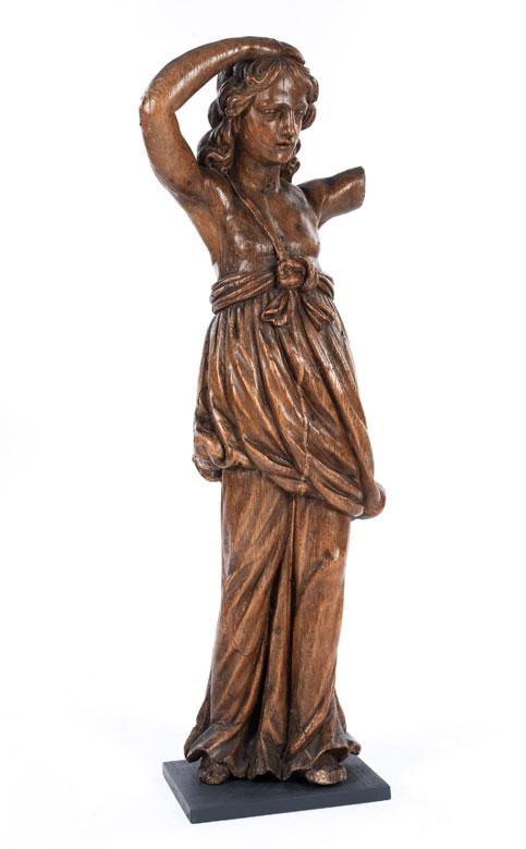Große Schnitzfigur einer engelhaft jugendlichen Mädchengestalt